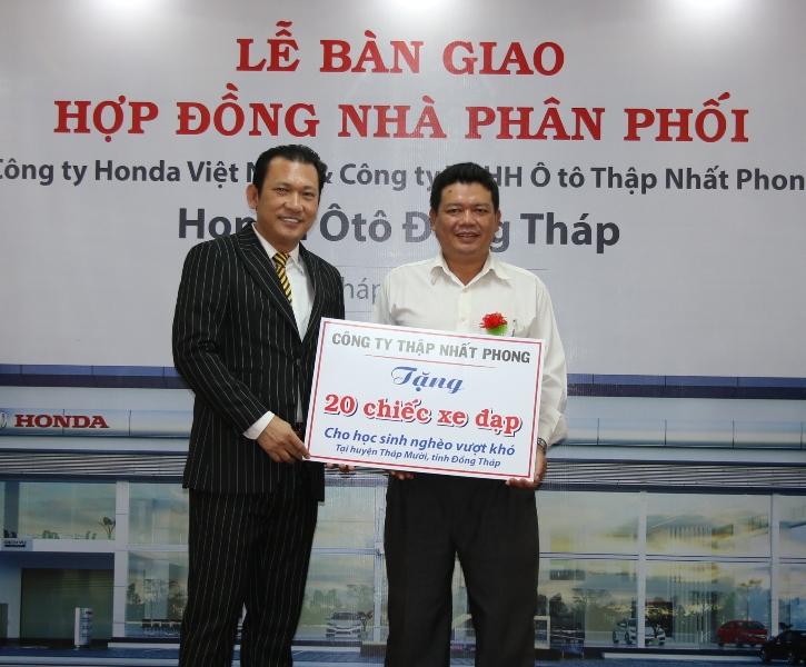 Dịp này, Công ty TNHH Ô tô Thập Nhất Phong trao tặng 20 chiếc xe đạp cho học sinh nghèo thuộc xã Tân Kiều, huyện Tháp Mười